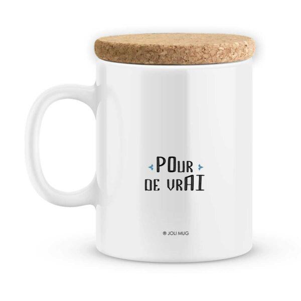 Mets de la bonne humeur dans le café de ton papy ; il va adorer… Tu peux accompagner cette tasse d'un énorme câlin et d'une brouette de bisous… Spécificités techniques : mug personnalisé Céramique blanc avec le(s) prénom(s) de votre choix avec couvercle en liège : Finition brillante. Haute qualité d'impression Couleurs brillantes. Dimensions avec couvercle : hauteur : 105 mm, diamètre : 80mm. Ce mug personnalisé est livré avec son couvercle en liège qui permettra à votre boisson de rester bien au chaud. Vous pouvez également utiliser le couvercle comme sous tasse ce qui évitera les traces disgracieuses sur votre table préférée…